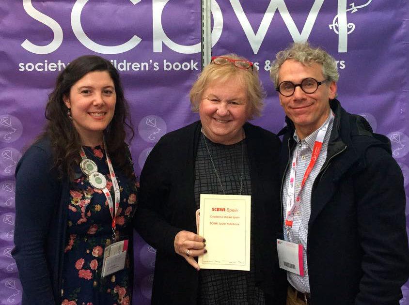 Equipo Scbwi Spain regalando el Cuaderno SCBWI a la fundadora de SCBWI Lin Oliver